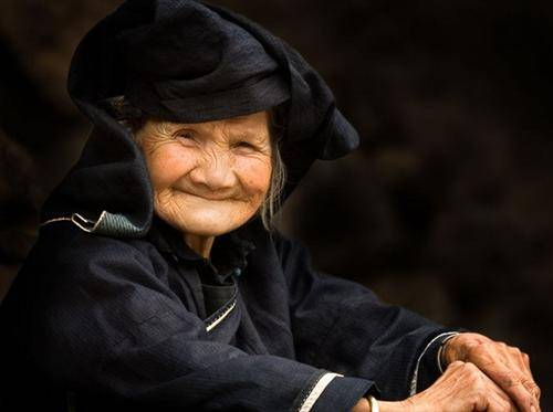 Heiyi Zhuang Old Lady